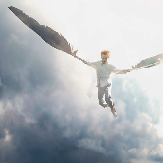 Uma criança voando com a ajuda de duas penas (Título: Air; Autor: Fiddleoak)