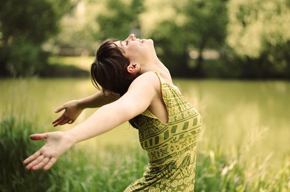 Foto de uma mulher feliz, com alta autoestima.