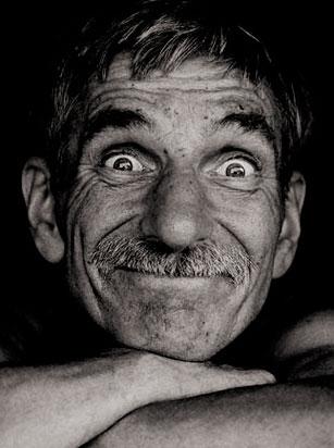 Foto de um homem velho, mas feliz.