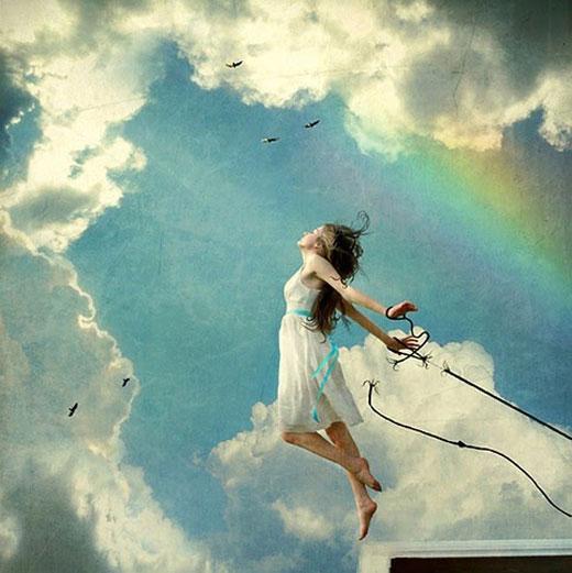 Imagem de uma mulher liberando-se de suas ataduras.