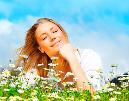 Uma mulher jovem imaginando algo agradável.